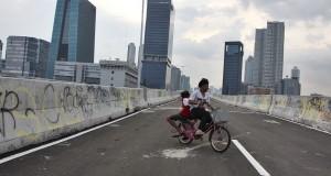 Sejumlah anak bermain di atas Jalan Layang Non Tol Tanah Abang-Kampung Melayu, Jakarta