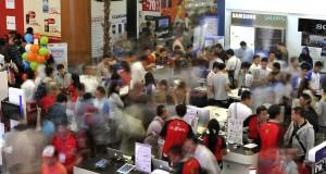 Pengunjung memperhatikan produk elektronika yang dipajang pada pameran komputer dan teknologi informasi (Indocomtech) 2013 di Jakarta Convention Center, Senayan, Jakarta, Rabu (30/10)