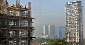 Pekerja menyelesaikan proyek pembangunan gedung perkantoran di kawasan SCBD, Jakarta, Rabu (27/11).