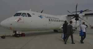 Pengunjung memperhatikan pesawat ATR 72-600 milik maskapai Garuda Indonesia di arena Dubai Air Show, Uni Emirat Arab, Minggu (17/11).