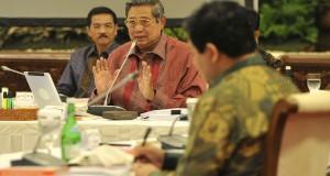 Presiden Susilo Bambang Yudhoyono (tengah) disaksikan Mendagri Gamawan Fauzi (kiri) dan Ketua KPU Husni Kamil Manik (kanan) memimpin rapat konsultasi dengan pimpinan lembaga negara di Istana Negara Jakarta, Rabu (13/11)