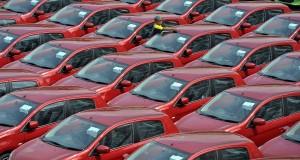 Petugas memeriksa deretan mobil jenis 'city car' tipe Mirage di pusat distribusi mobil Mitsubishi, Pulo Mas, Jakarta, Jumat (15/11).