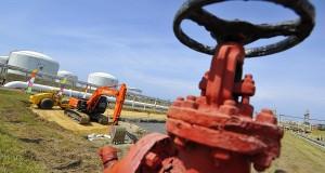 Alat berat dioperasikan ketika tahapan rekonstruksi proyek terminal regasifikasi Arun LNG  di Lhokseumawe, Aceh