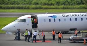 Petugas menyiapkan pesawat Bombardier CRJ 1000 NextGen milik maskapai Garuda Indonesia berkapasitas 100 tempat duduk di Bandara Rendani Manokwari, Papua Barat, Jumat (22/11).