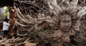 Perajin menyelesaikan pembuatan patung di kawasan seni patung, Ubud, Bali, Minggu (17/11).