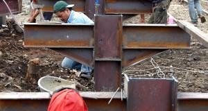 Sejumlah pekerja memasang baja untuk membangun  stasiun khusus rute Sukabumi di sekitar stasiun Bogor, Kota Bogor, Jabar,