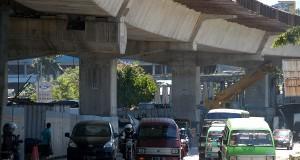 Sejumlah kendaraan melintas di proyek jalan layang tol  Bogor Ring Road (BORR) seksi IIA ruas Kedunghalang-Kedungbadak yang dalam tahap pembangunan di   Bogor, Jabar,