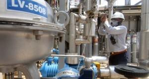 Pekerja mengoperasikan mesin pada uji coba produksi pabrik PT Petrokimia Butadiene Indonesia (PBI) yang berlokasi di komplek pabrik PT Chandra Asri Petrochemical Tbk (CAP), Cilegon, Banten, Jumat (25/10).