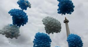 Ribuan balon dilepas ke udara saat pencanangan Kampanye Gerakan Ekonomi Syariah (GRES) oleh Presiden Susilo Bambang Yudhoyono di Halaman Monumen Nasional, Jakarta