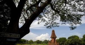 Sejumlah wisatawan mengunjungi situs bangunan kuno, Candi Bajang Ratu, di kawasan Trowulan, Kabupaten Mojokerto, Jawa Timur, Senin (4/11)