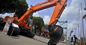Pengunjung mengamati alat berat konstruksi di stan pameran Indonesia International Infrastructure Conference and Exhibition (IIICE) 2013 , Jakarta, Jumat (15/11).