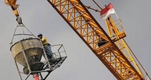 Pekerja menggunakan alat konstruksi Tower crane pada proyek pengerjaan convention hotel Pullman di Bandung, Jawa Barat, Kamis (5/12).