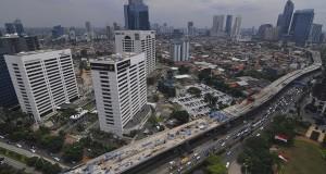 Pemandangan proyek Jalan Layang Non Tol (JLNT) Kampung Melayu - Tanah Abang di kawasan Sudirman, Jakarta, Senin (25/11).