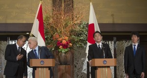 Menko Perekonomian Hatta Rajasa (kedua kiri) berbincang dengan Menteri Perindustrian MS. Hidayat (kiri) saat memberi keterangan pers bersama Menteri Luar Negeri Jepang Fumio Kishida (kedua kanan) dan Deputi Menteri Perindustrian dan Perdagangan Jepang Yosi