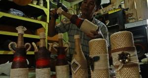 Perajin menyelesaikan pembuatan lampu hias di industri rumahan Borong Raya, Makassar, Sulsel, Kamis (05/12).