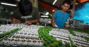 Pengrajin menyelesaikan pembuatan maket di rumah industri maket di Tangerang Selatan, Banten