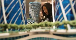 Seorang mahasiswa melihat maket sebuah gedung pencakar langit dalam Pameran Arsitektur di Jakarta