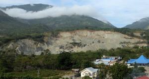 Sejumlah alat berat mengeruk bukit yang mengandung galian C di Watusampu, Palu, Sulawesi Tengah, Selasa (10/12).