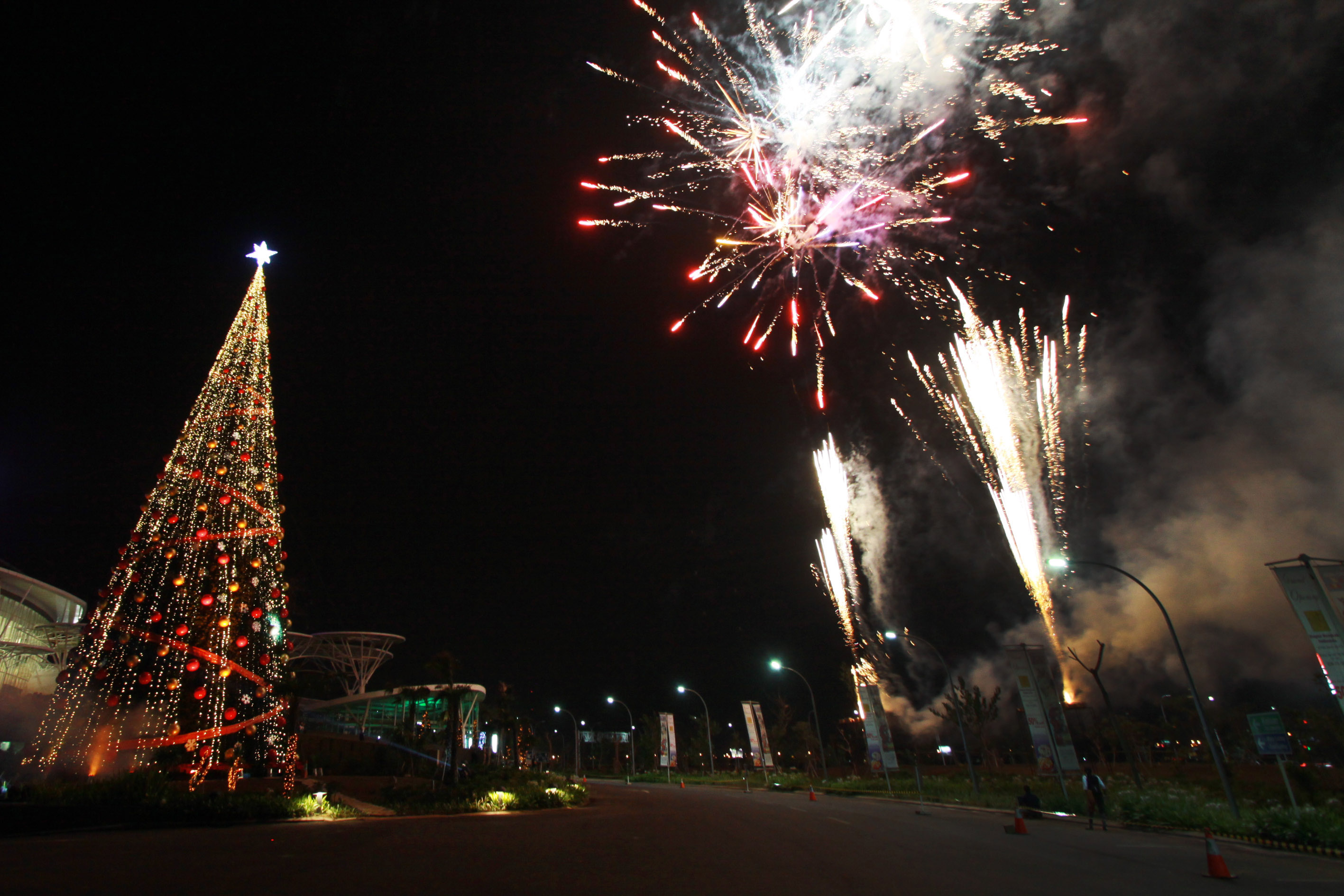 Pohon natal setinggi 32 meter dibuat dalam rangka menyambut perayaan
