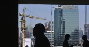 Gedung-gedung bertingkat menghiasi pemandangan di ibukota, Jumat (22/11).