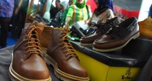 Sejumlah sepatu buatan Cibaduyut dipamerkan dalam Priangan Expo; Leather & Craft di Bank Indonesia, Bandung, Jawa Barat, Jumat (6/12)