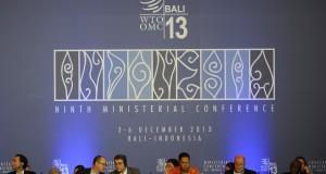 Menteri Perdagangan Gita Wirjawan (ketiga kanan) didampingi Direktur Jenderal Organisasi Perdagangan Dunia (WTO) Roberto Azevedo (ketiga kiri) memimpin jalannya sidang pleno Konferensi Tingkat Menteri (KTM) ke-9 WTO di Bali Nusa Dua Convention Centre (BND
