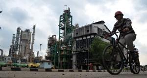Seorang pekerja melintas dengan sepeda di Pabrik Amonia PT Pusri Palembang,Sumsel, Rabu (4/12). PT Pupuk Sriwidjaja (Pusri) Palembang  melakukan terobosan dengan menerapkan Proyek Subtitusi gas bumi ke Batubara sehingga menghemat pemakaian gas bumi untuk d