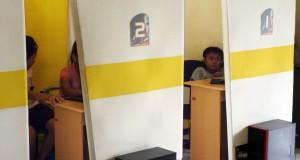 Sejumlah anak-anak mengunakan internet di rental internet di Desa Rejoso, Nganjuk, Jawa Timur, Jumat (8/11).  Kementerian Komunikasi dan Informatika