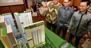 Presdir PT Prioritas Land Indonesia (PLI) Marcellus Chandra (tengah) didampingi Komisaris Victor Irawan (kanan) dan Direktur Marketing Iwan Purnama, melihat maket pada peluncuran apartemen Indigo@Bekasi, di Jakarta, Sabtu (30/11).