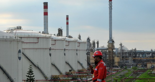 Petugas memeriksa kondisi lapangan di Kilang Pertamina Refinery Unit (RU) IV Lomanis, Cilacap, Jateng, Selasa (7/1)