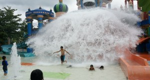 Sejumlah pengunjung berada di salah satu wahana bermain air di Ciputra Waterpark Surabaya, Rabu (25/12)