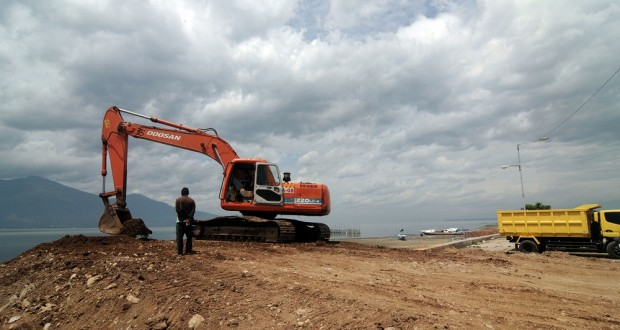 Sejumlah kendaraan berat menimbun pantai Teluk Palu untuk pengembangan kawasan wisata di Palu, Sulawesi Tengah, Selasa (14/1).