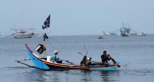 Sejumah nelayan beraktivitas di perairan Kota Padang, Sumbar, Minggu (19/1)