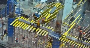 Pekerja menyelesaikan proyek pembangunan gedung perkantoran di kawasan SCBD, Jakarta, Selasa (17/12).