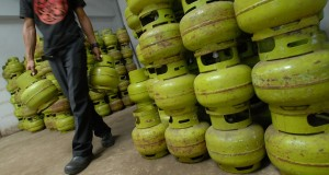 Pekerja mengangkat gas elpiji tiga kilogram di sebuah agen gas elpiji, Tasikmalaya, Jawa Barat, Jumat (3/1).