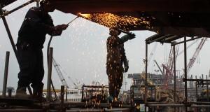 Pekerja menyelesaikan pembuatan kapal di galangan PT Batam Expressindo Shipyard (BES) Tanjung Uncang, Batam, Jumat (24/1)