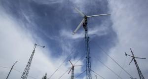 Petugas memeriksa saluran kabel kincir angin di Pembangkit Listrik Tenaga Hibrid, Pantai Baru, Srandakan, Bantul, Yogyakarta, Selasa (21/1).