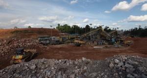 Sejumlah alat berat dan pekerja  melakukan proses penghancuran batu batuan yang mengandung ore emas (crushing)