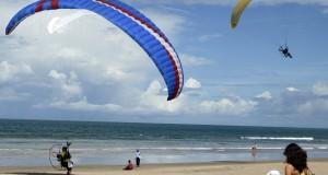 Wisatawan menyaksikan aksi para atlet paramotor pada Bali Aerosport Festival 2014 di Pantai Legian, Bali, Minggu (23/2).