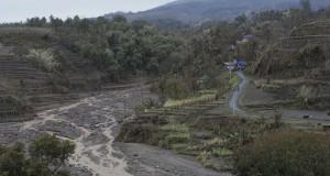 Aliran lahar dingin di Kali Sambong, Ngantang, Malang, Jawa Timur (19/2).