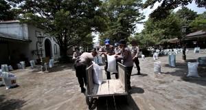 Petugas kepolisian melakukan pembersihan abu vulkanik di Kraton Yogyakarta