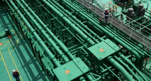 Pekerja melintas di atas deck Kapal VLGC (Very Large Gas Carrier) Pertamina Gas 1 seusai peresmian di Depot LPG atau Terminal BBM, Tanjung Uban, Kepulauan Riau,