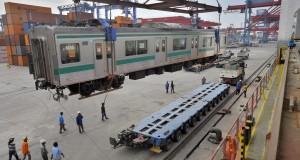 Pekerja memindahkan gerbong Kereta Rel Listrik (KRL) dari kapal pengangkut di Pelabuhan Tanjung Priok, Jakarta, Minggu (23/2).