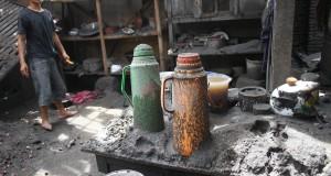 Seorang warga membersihkan rumahnya dari pasir vulkanik Gunung kelud yang menghancurkan rumahnya di Desa Pandansari, Ngantang, Malang, Jawa Timur,