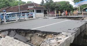 Sejumlah pengendara melintasi jambatan Sembone jalur alternatif  penghubung Tulungagung-Trenggalek yang putus di Desa Sembon, Karangrejo, Tulungagung, Jawa Timur, Kamis (6/2).