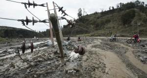 Sebuah tiang jaringan listrik roboh akibat diterjang lahar dingin di Kali Sambong, Ngantang, Malang, Jawa TImur, Rabu (19/2)