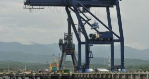 Tampak suasana dermaga pelabuhan yang telah diperluas disertai sejumlah sarana pendukung bongkar muat peti kemas di Pelabuhan Pantoloan yang dikelola oleh PT Pelindo IV di Kelurahan Pantoloan, Palu Utara, Sulawesi Tengah, Minggu (16/2).