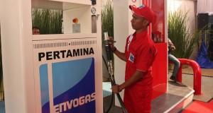 Petugas melakukan pemeriksaan pengisian bahan bakar ketika peresmian SPBG dan Pipa Distributor Gas di Jakarta,