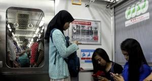 Sejumlah penumpang berada didalam Kereta Rel Listrik (KRL) yang dibeli dari Jepang di Jakarta, Kamis (20/3).