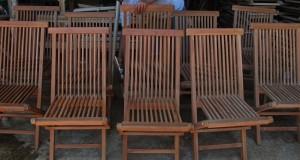 Pekerja menyelesaikan proses finishing kursi lipat di industri kursi lipat Marsudi Furniture, Mlonggo, Jepara, Jateng, Jumat (7/3).